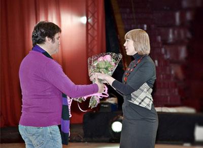 начальник Департамента культуры и национальной политики Кузбаса Л.Т.  Зауэрвайн вручает денежные премии коллективу театра-цирка «Кракатук».