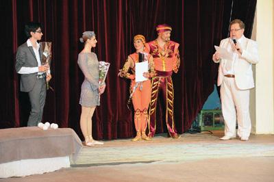 Александр Дмитриевич Калмыков поздравляет участников выпускных номеров в Центре Циркового Искусства