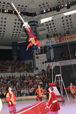 Андрей Ковгар в номере  акробатов на подкидных досках «Золотые купола»