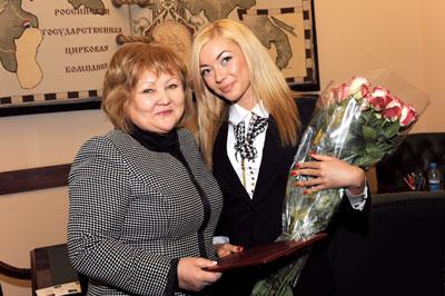 Ф.Р. Халилова поздравила Ксению Романову с победой в номинации «Мисс Интернет» на конкурсе «Мисс Офис - 2012»