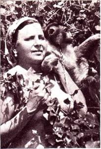 Служительницей по уходу за животными в аттракционе Н. П. Гладильщикова Варвара Белавина