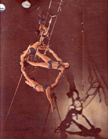 Воздушные гимнастки Бубновы. Фото Л. Великжанина (фотовыставка «Семилетка в действии»)