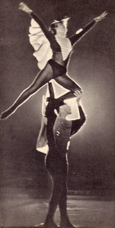 Мустакимова и В.  Бабицкий исполняют  танец  «Снегири»