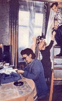 У Лидии Степановны Кошкиной праздник вдвойне. Она получила прекрасную комнату, и к ней в гости приехал сын Виктор с женой