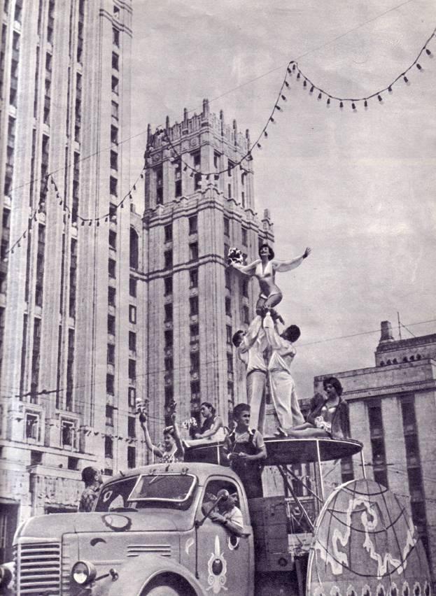Артисты польского цирка на кавалькаде