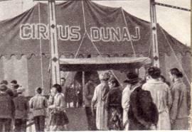 У входа в цирк «Дунай»