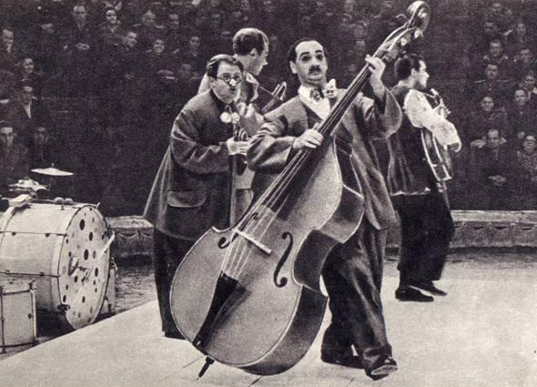 Выступает музыкально-эксцентрический ансамбль под руководством  К. Бермана