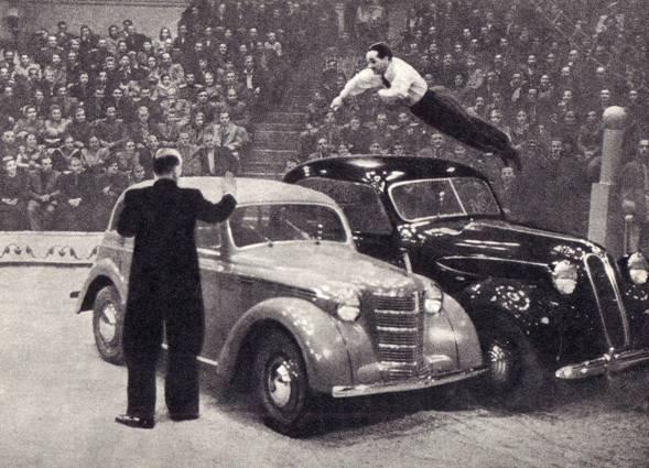 Рекордный прыжок через два автомобиля