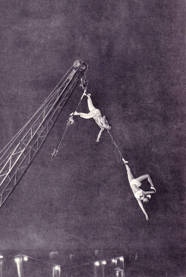 Воздушные гимнасты Полина Чернега и Степан Разумов демонстрируют свой номер на вращающемся кране