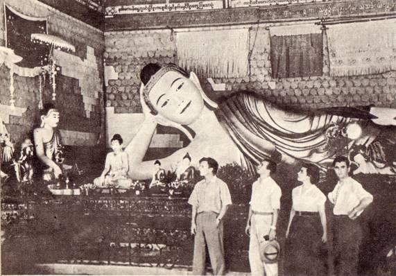 Советские артисты на экскурсии в Рангуне