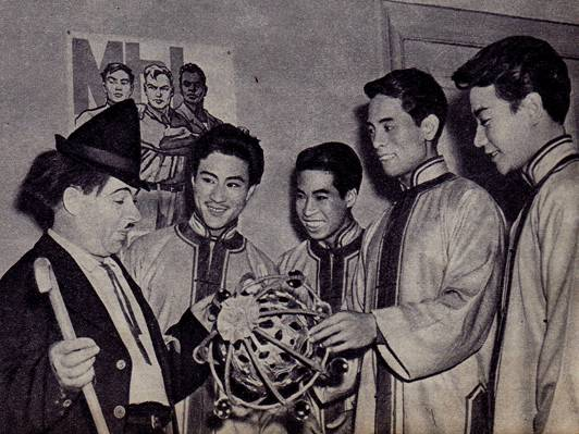 Карандаш беседует  с артистами  китайского   цирка,  участниками представления   «Арена  дружбы».