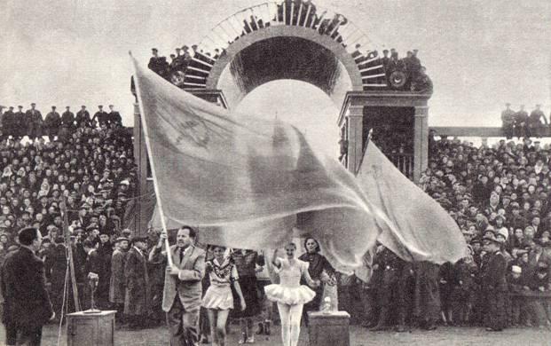 Представление на стадионе открылось парадом 1958 год. Куйбышев