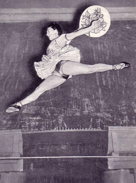 Танцовщица на проволоке Н. Логачева, окончившая училище  циркового искусства в 1950 г.