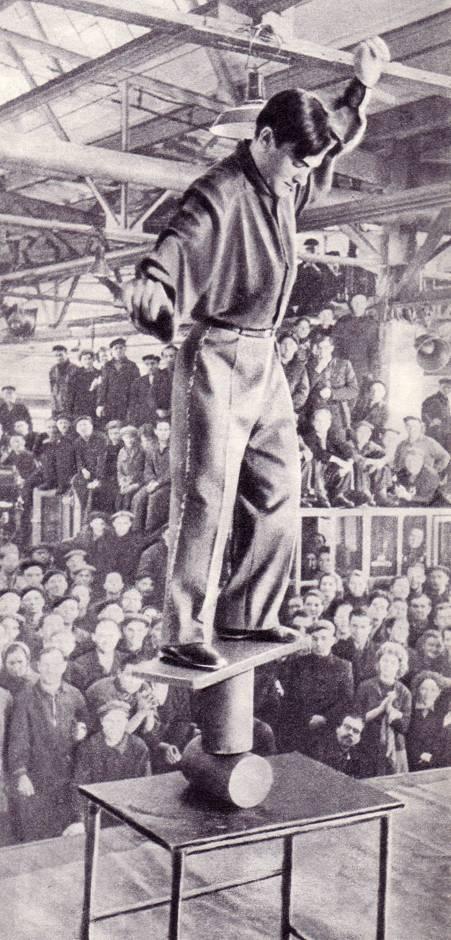 Выступление на заводе имени Лихачева, участник кавалькады — эквилибрист на катушках В. Ведищев.