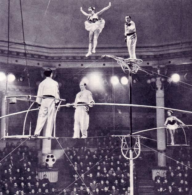 Эквилибристы В. и Н. Волжанские, окончившие училище циркового искусства в 1933 г., в номере со своими юными партнерами.