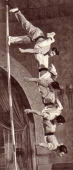 Гимнасты на мачте под руководством Вэй Го-юнь