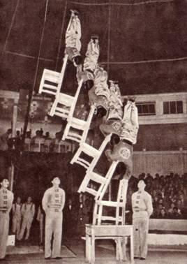 Эквилибристы на стульях Инь Юй-юнь, Лу Кэ-цинь, Чжен Цзинь-доу, Мао Би-у, Лонь Чан-фу