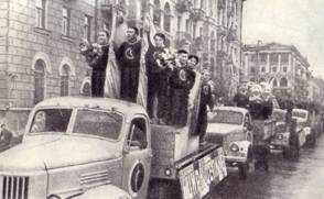 Торжественный марш артистов кавалькады по улицам Барнаула