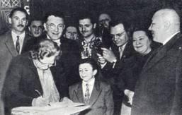Член Всемирного Совета мира Сеза Набрауи записывает в книгу отзывов свое впечатление о выступлении артистов советского цирка