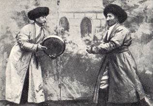 Р. Аллабергенов и  М. Сафаев  исполняют  «фазаний  уйини»