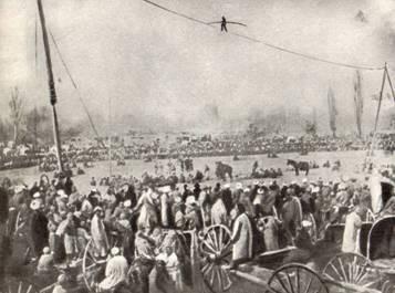Выступление канатоходца-дорвоза на большой базарной площади