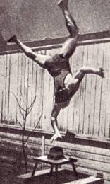 Эквилибрист - Михаил. Прыжки в стойке на одной руке с одновременным отбрасыванием кубиков