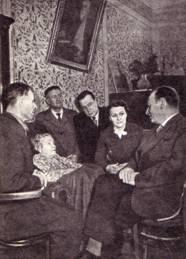 Преподаватели и бывшие студенты ГУЦИ в гостях у А. А. Луначарской — первого директора  циркового  училища.