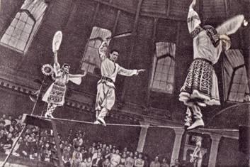 Танец на проволоке  исполняют Т. Васильева, А.  Богатев и  Т. Виноградова
