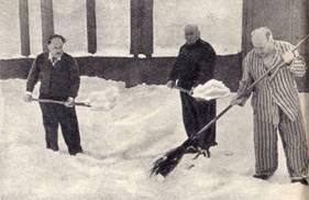 Артисты В. Козловский, В. Кадыр-Гулям и директор цирка И. Блейхер во время уборки снега на территории Архангельского цирка 6 июня 1958 года.