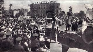 В шествие вступили артисты Киевского цирка и цирковой оркестр.