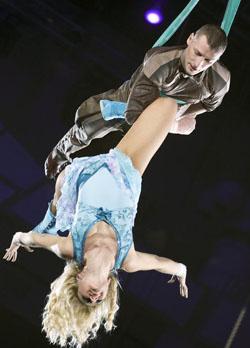 воздушные гимнасты на полотнах Юлия и Александр Волковы