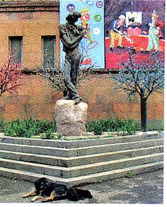 Памятник Л.Енгибарову у Ереванского цирка