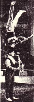 Копфштейн на голове партнера игра на саксофоне и кларнете