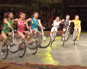 "Далианская акробатическая труппа «Искусство велогуристики» (Китай) Dalian Acrobatic Troupe ""Girls-Bicycles Feats"" (China)"